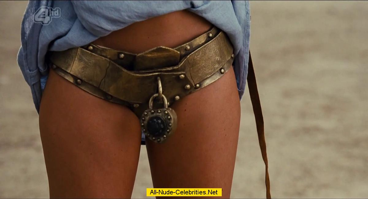 carmen-electra-nude-in-meet-the-spartans