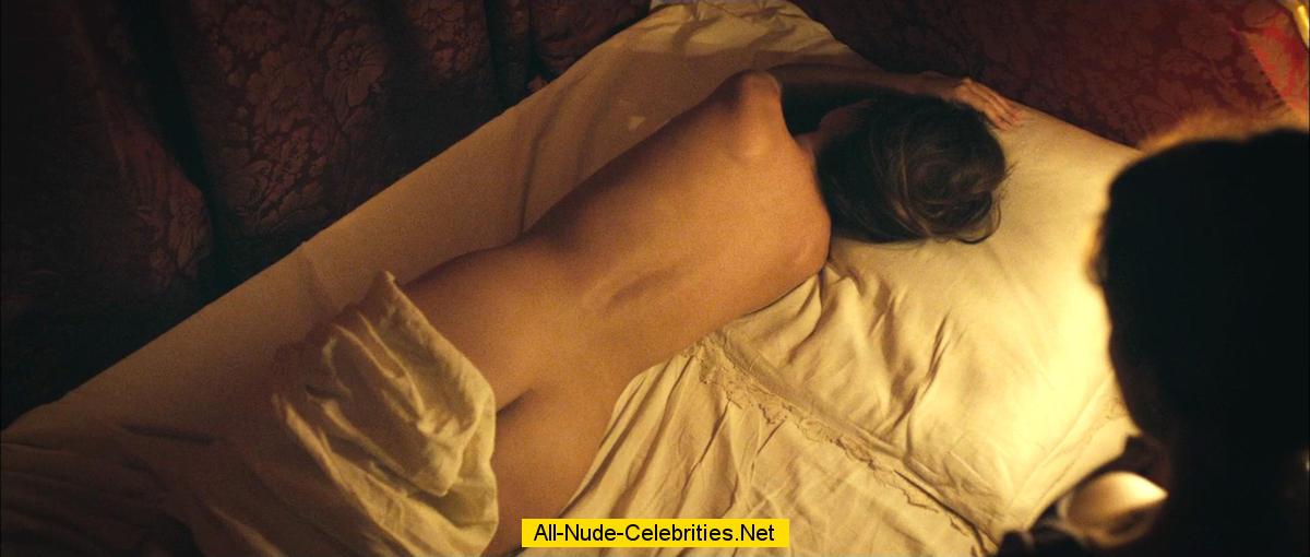Виржини Ледуайен голая в постели, сцены из фильмов